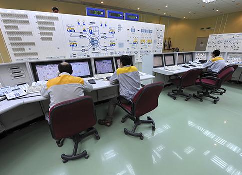 Técnicos iraníes trabajan en la planta nuclear de Bushehr en Irán / AP