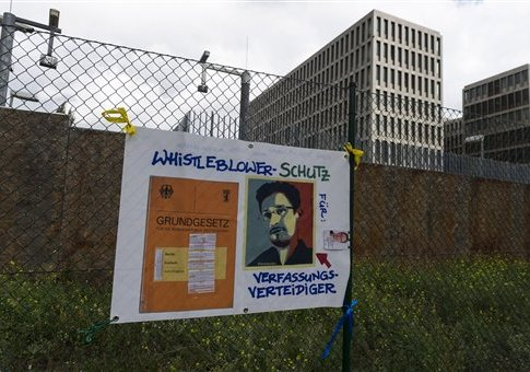'Demonstration in front of Germany's BND foreign intelligence service / AP' from the web at 'http://s2.freebeacon.com/up/2015/11/Demonstration-in-front-of-Germany's-BND-foreign-intelligence-service.jpg'