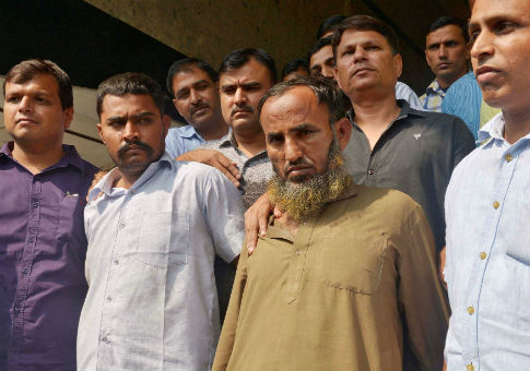 Plain-clothes policemen present two Indian men (bottom 2nd R and 2nd L), who they said are accused of spying for Pakistan, Oct. 27, 2016 / REUTERS